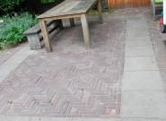 Terras van betontegels en klinkers