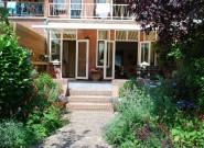 De trap van de tuin naar het terras